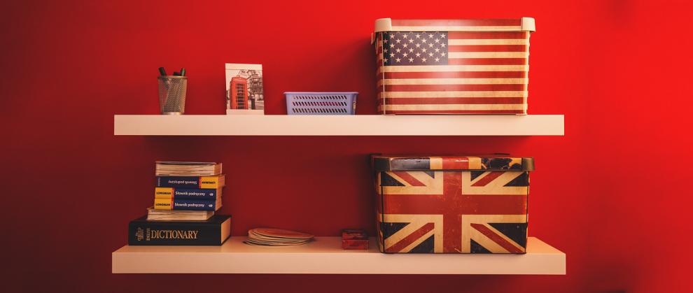 Bandeira Inglesa e dos Estados Unidos, estampadas em caixas sobre prateleiras