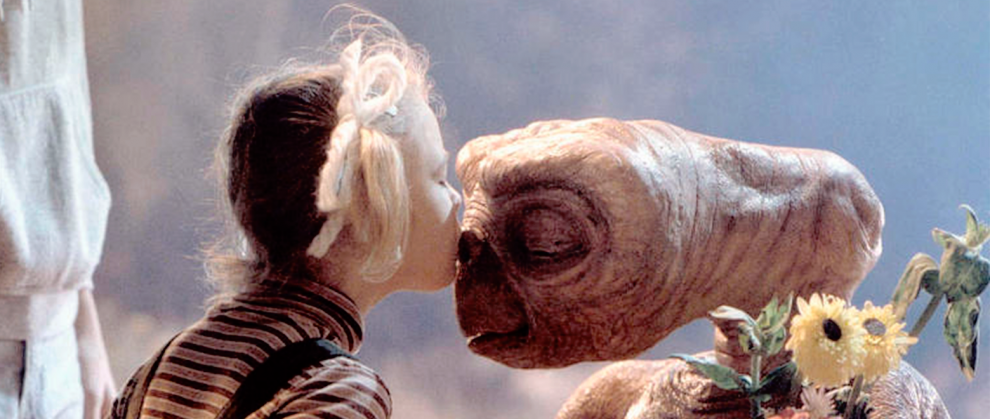 Cena do filme E.T, Gertie beijando o nariz do E.T