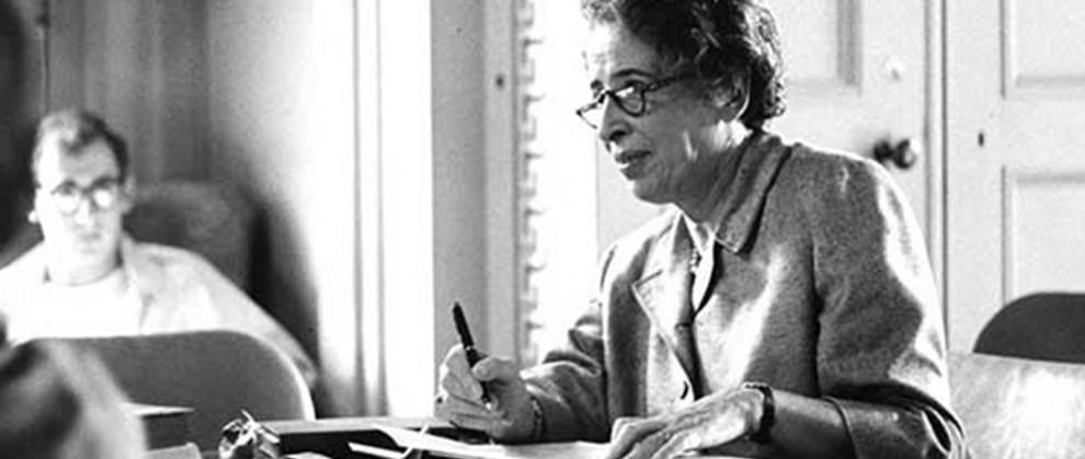 Hannah Arendt escrevendo, a foto está em preto e branco.