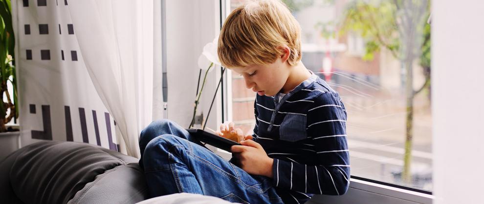 Como-incluir-o-aluno-autista-em-ambientes-virtuais-menino-com-tablet