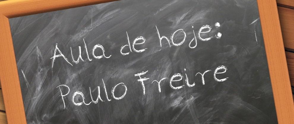 """Lousa com texto """"Aula de hoje: Paulo Freire"""""""