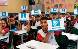 Em Taboão da Serra, placas em inglês nas escolas municipais ajudam na aprendizagem do idioma